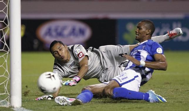 Hondura's Jerry Bengtson (R) misses a scoring opportunity near Costa Rica's goalkeeper Keylor Navas during their 2014 World Cup qualifying soccer match at the National Stadium in San Jose June 7, 2013. REUTERS/Juan Carlos Ulate