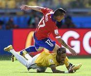 O atacante Neymar cai em jogo contra o Chile, no sábado, em Belo Horizonte.          REUTERS/Dylan Martinez