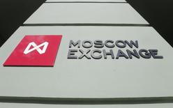 Логотип Московской биржи у входа в её здание в Москве 14 марта 2014 года. Российские фондовые индексы продолжили снижение в начале нового квартала при участии практически всех ликвидных акций. REUTERS/Maxim Shemetov