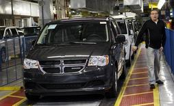 Une Dodge Grand Caravan. La sécurité routière américaine a annoncé lundi l'élargissement d'un rappel de voitures fabriquées par Fiat Chrysler - des Dodge Grand Caravan, des Dodge Journey et des Chrysler Town & Country- susceptibles d'être affectés par un défaut d'allumage. /Photo d'archives/REUTERS/Rebecca Cook