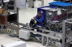 La croissance de l'activité manufacturière dans la zone euro a ralenti à 51,8 en juin et les entreprises maintiennent leur activité grâce aux anciennes commandes, selon les résultats définitifs de l'enquête mensuelle auprès des directeurs d'achat publiée mardi par Markit. /Photo d'archives/REUTERS/Michaela Rehle