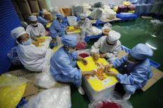 En la imagen se ve a un grupo de trabajadores en una fábrica de ensamblaje en la ciudad china de Jingzhou el 30 de junio de 2014. La actividad industrial de China alcanzó un nivel máximo de varios meses en junio, mostraron sondeos oficiales y privados, reforzando las señales de que la segunda mayor economía mundial se está estabilizando a medida que el Gobierno adopta medidas de política para apoyar el crecimiento. REUTERS/Stringer