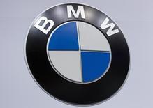 El logo de BMW es visto en la Jacob Javits Convention Center durante un show de autos en Nueva York, 16 de abril de 2014. Una nueva planta de ensamblaje de automóviles del fabricante alemán de autos de lujo BMW será capaz de producir 150.000 vehículos por año, dijo una fuente a Reuters el martes. REUTERS/Carlo Allegri