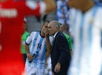 Técnico da Argentina Alejandro Sabella conversa com jogador Javier Mascherano em partida contra Suíça na Arena Corinthians, em São Paulo. 1/7/2014 REUTERS/Paul Hanna