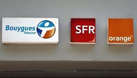 """Orange et Bouygues au rang des valeurs à suivre à la Bourse de Paris mercredi. Le premier a fait savoir que les conditions n'étaient pas réunies actuellement pour une opération de consolidation du secteur télécoms en France, tandis que le second a déclaré qu'il n'existait à ce jour """"rien de concret"""" impliquant sa filiale Bouygues Telecom. /Photo prise le 16 mai 2014/REUTERS/Charles Platiau"""