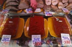 Икра и рыба на рынке в Санкт-Петербурге 5 апреля 2012 года. Потребительские цены в РФ за неделю с 24 по 30 июня 2014 года выросли на 0,1 процента, сохранив динамику предыдущих трех недель, а за весь июнь повысились на 0,6 процента против роста на 0,4 процента в июне прошлого года, сообщил Росстат. REUTERS/Alexander Demianchuk
