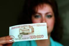 Новая банкнота в 100.000 рублей 1 июня 1995 года. Тогда она стоила около $20. REUTERS/Alexander Natruskin