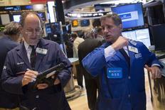 En la imagen, operadores en la Bolsa de Nueva York el 30 de junio de 2014. Las acciones abrieron planas el miércoles en la bolsa de Nueva York, aunque el simbólico nivel de 17.000 del promedio industrial Dow Jones aún se veía difícil de alcanzar, tras la fuerte alza de Wall Street en la sesión anterior. REUTERS/Brendan McDermid