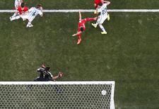 Jogador da Suíça Blerim Dzemaili (centro) acerta trave em jogo contra Argentina na Arena Corinthians, em São Paulo. REUTERS/Pawel Kopczynski