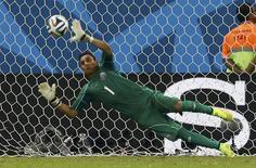 Goleiro Keylor Navas, da Costa Rica, defende cobrança de pênalti de Theofanis Gekas, da Grécia, em Recife. 29/06/2014.  REUTERS/Damir Sagolj