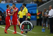 Xherdan Shaqiri, da Suíça, é substituído por Blerim Dzemaili durante partida na Arena Amazônia, em Manaus, contra Honduras. 25/6/2014 REUTERS/Michael Dalder