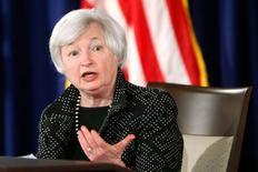 """Глава ФРС США Джанет Йеллен на пресс-конференции в Вашингтоне 18 июня 2014 года.  Эффективность инструментов денежно-кредитной политики """"значительно ограничена"""" в борьбе с угрозами финансовой стабильности, и попытки задействовать их для предотвращения образования """"пузыря"""" на рынке недвижимости в США привели бы к серьезным последствиям для экономики, сказала глава американского центробанка. REUTERS/Jonathan Ernst"""