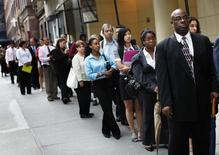 Люди в очереди на биржу труда в Нью-Йорке 15 августа 2011 года. Рост занятости в США резко ускорился в июне 2014 года, а уровень безработицы упал почти до шестилетнего минимума 6,1 процента, развеяв страхи о состоянии экономики и усилив ее импульс в начале второго полугодия. REUTERS/Shannon Stapleton