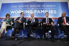 Ness, Garutti, Blankfein, Gorsky y Kumar participan en un panel de discusión durante la cumbre de la Casa Blanca por las Familias Trabajadoras en Washington, 23 de junio de 2014.  El número de estadounidenses que presentó nuevas solicitudes de subsidios por desempleo subió levemente la semana pasada, pero aún sugiere que el mercado laboral mejora en forma sostenida. REUTERS/Jonathan Ernst