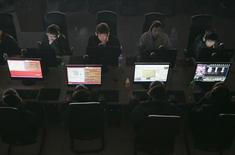 En la imagen, clientes en un cibercafé en Taiyuan, en la provincia de Shanxi, el 10 de marzo de 2010. El acceso a los servicios en línea como la aplicación de mensajería Line y el sitio de intercambio de fotografías Flickr fue interrumpido en China esta semana, una medida que según los grupos anticensura obedecen a un intento de bloquear la información por las protestas prodemocracia en Hong Kong.  REUTERS/Stringer