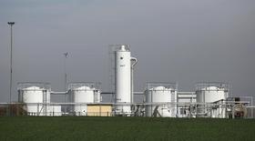 Нефтехранилище OMV на нефтяном месторождении близ Гензерндорфа 8 апреля 2014 года. Цены на Brent держатся выше $111 за баррель за счет улучшения прогнозов потребления, но за неделю покажут максимальный спад с начала января, потому что рынок меньше беспокоится о перебоях в снабжении. REUTERS/Leonhard Foeger