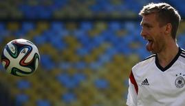 Игрок сборной Германии Пер Мертезакер на тренировке в Рио-де-Жанейро 3 июля 2014 года. Сборные Германии и Франции сыграют в четвертьфинале чемпионата мира в Бразилии в пятницу вечером. REUTERS/Kai Pfaffenbach