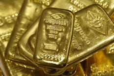 Слитки золота в хранилище отделения трейдера Degussa в Цюрихе 19 апреля 2013 года.  Цены на золото стабильны, но могут начать снижаться из-за повышенного интереса инвесторов к рынку акций после выхода неожиданно высокого показателя занятости в США. REUTERS/Arnd Wiegmann