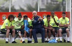 Jogadores da seleção recebem orientação do técnico Luiz Felipe Scolari durante treinamento na Granja Comary, em Teresópolis. 1/06/2014.  REUTERS/Marcelo Regua