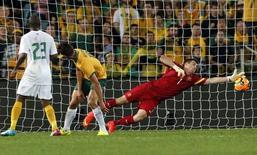 Goleiro da Austrália, Mat Ryan, falha em impedir gol da África do Sul durante amistoso no estádio Austrália, em Sydney. 26/05/2014. REUTERS/David Gray