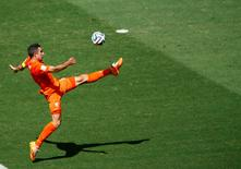 Голландец Робин ван Перси в матче 1/8 финала против сборной Мексики на Чемпионате мира по футболу в Бразилии 29 июня 2014 года. REUTERS/Mike Blake