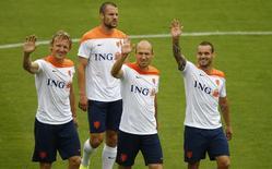 Holandeses acenam durante treino em 30 de junho.    REUTERS/Ricardo Moraes