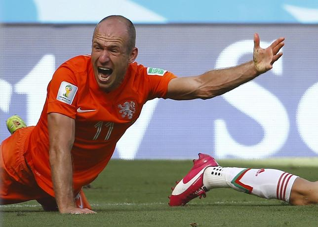 Arjen Robben of the Netherlands reacts after being tackled by Mexico's Miguel Layun during their 2014 World Cup round of 16 game at the Castelao arena in Fortaleza June 29, 2014.     REUTERS/Dominic Ebenbichler