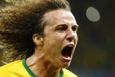 David Luiz comemora gol do Brasil contra a Colômbia.    REUTERS/Stefano Rellandini