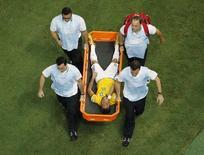 Neymar deixa o campo após sofrer uma joelhada nas costas durante jogo contra a Colômbia. 04/07/2014. REUTERS/Fabrizio Bensch