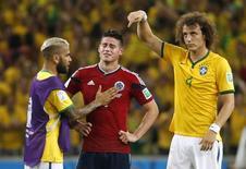 Os brasileiros Dani Alves (esquerda) e David Luiz (direita) consolam o colombiano James Rodríguez depois que Brasil eliminou a Colômbia nas quartas de final da Copa do Mundo, em Fortaleza, nesta sexta-feira. 04/07/2014 REUTERS/Jorge Silva