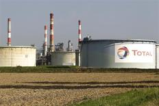 """Le PDG de Total, Christophe de Margerie. a déclaré  que les bénéfices du groupe pétrolier au deuxième trimestre seraient marqués par l'impact de marges de raffinage """"extrêmement"""" faibles. /Photo d'archives/REUTERS/Charles Platiau"""