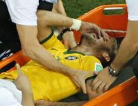 Neymar deixa o campo machucado durante partida contra a Colômbia em Fortaleza. 05/07/2014. REUTERS/Fabrizio Bensch