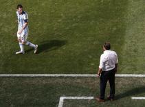 Técnico da Bélgica, Marc Wilmots, discute com argentino Lionel Messi durante jogo em Brasília. 05/07/2014.  REUTERS/David Gray