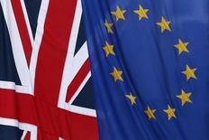 Флаги Великобритании (слева) и ЕС у представительства Еврокомиссии в Лондоне, 23 января 2013 года. Пожелание британского премьера Дэвида Кэмерона пересмотреть отношения с Евросоюзом и вынести результат на референдум в 2017 году означает, что следующие несколько лет наверняка будут сопровождаться пререканиями вокруг полномочий Брюсселя и отказа Лондона от взятых на себя обязательств. REUTERS/Stefan Wermuth