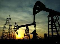 Нефтяные вышки в Баку, 16 октября 2005 года. Цены на нефть Brent близки к трехнедельному минимуму выше $110 за баррель на фоне планов Ливии возобновить экспорт нефти из двух портов, не работавших почти год. REUTERS/David Mdzinarishvili