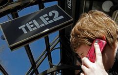 L'opérateur suédois Tele2 annonce lundi la vente de sa filiale mobile norvégienne à son concurrent TeliaSonera pour 5,1 milliards de couronnes suédoises (547 millions d'euros).  /Photo prise le 28 mars 2013/REUTERS/Alexander Demianchuk