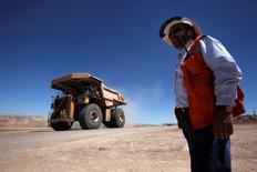 En la imagen, un trabajador verifica una mina de cobre cerca a Calama, en el norte de Santiago, Chile. 30 de marzo, 2011. La economía chilena creció un 2,3 por ciento interanual en mayo, una variación menor a la esperada y que estuvo impulsada por el positivo desempeño de la minería, pero mitigada por un débil sector manufacturero y una alicaída demanda interna que apuntan a un mayor relajamiento de la política monetaria. REUTERS/Ivan Alvarado