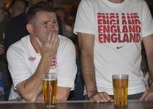 Torcedor inglês reage enquanto assiste à partida contra o Uruguai pelo Grupo D da Copa do Mundo em um bar no centro de Londres. 19/06/2014. REUTERS/Neil Hall