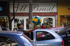 Un vendedor callejero ofrece una pelota en una calle de Belo Horizonte, jul 3 2014. Belo Horizonte no tiene selva amazónica, playas soleadas o el estadio Maracaná, y se ha quedado un poco atrasada en cuanto a la fiesta mundialista que ha vivido Brasil si se la compara con otras sedes más glamorosas.  REUTERS/Ivan Alvarado