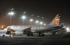Etihad Airways, en passe de prendre une participation de 49% dans Alitalia, fait état mardi d'un bond de 28% de son chiffre d'affaires au premier semestre, porté par la croissance en volume de ses trafics passagers et fret. /Photo d'archives/REUTERS/Ben Job