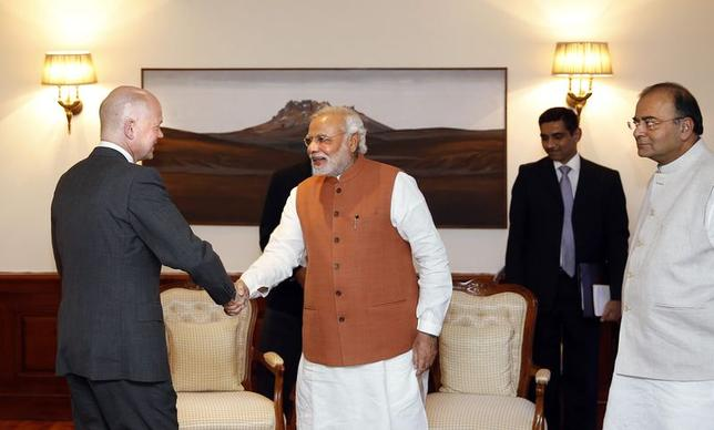 Prime Minister Narendra Modi (C) shakes hands with Britain's Foreign Secretary William Hague as Finance and Defence Minister Arun Jaitley (R) watches during their meeting in New Delhi, July 8, 2014.  REUTERS/Manish Swarup/Pool
