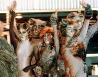 """Актеры мюзикла """"Кошки"""" на Бродвее в Нью-Йорке 19 июня 1997 года. Действительно ли у кошек девять жизней? Композитор Эндрю Ллойд Вебер намерен проверить известную поговорку, возродив один из своих мюзиклов на подмостках лондонского Вест-Энда. Mike Segar/Reuters"""