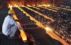En la imagen, un trabajador en una fábrica en China. La OCDE dijo el martes que prevé un crecimiento ralentizado o plano en las principales economías emergentes con la excepción de India, mientras que las perspectivas para las economías más desarrolladas es estable y con una mejoría en Estados Unidos. REUTERS