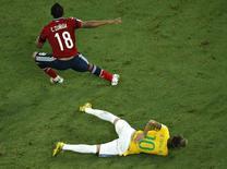 Neymar coloca as mãos nas costas após choque com Camilo Zuñiga durante partida entre Brasil e Colômbia na Arena Castelão, em Fortaleza. 4/7/2014  REUTERS/Fabrizio Bensch