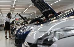 Салон Renault в Москве, 6 февраля 2013 года. Российский авторынок в первом полугодии 2014 года снизился в годовом исчислении на 7,6 процента до 1,23 миллиона штук, сообщила во вторник Ассоциация европейского бизнеса (АЕБ). REUTERS/Maxim Shemetov