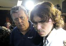 Ray Whelan (esquerda), executivo da Match Services, chega a delegacia após ser preso no Rio de Janeiro. 7/7/2014 REUTERS/Stringer