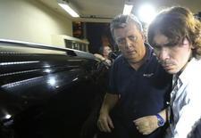 Ray Whelan (esquerda), da Match Services, chega a delegacia após ser preso no Rio de Janeiro. 7/7/2014 REUTERS/Stringer