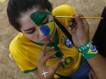 Torcedor pinta o rosto para semifinal Brasil x Alemanha no estádio Mineirão, em Belo Horizonte.   8/7/2014.  REUTERS/Kai Pfaffenbach