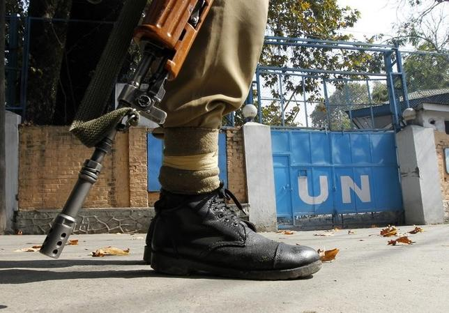 An Indian policeman guards the main gate of the United Nations Military Observer Group in Indian and Pakistan (UNMOGIP) office during a curfew in Srinagar October 27, 2010. REUTERS/Danish Ismail/Files