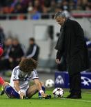 Técnico do Chelsea, José Mourinho, fala com o zagueiro David Luiz durante partida contra o Steua Bucareste pela Liga dos Campeões da Europa, no estádio Nacional, em Bucareste. 1/10/2013.           REUTERS/Radu Sigheti